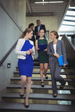 Businesspeople που αλληλεπιδρά το ένα με το άλλο περπατώντας κάτω Στοκ εικόνα με δικαίωμα ελεύθερης χρήσης