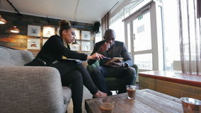 Businesspeople που λειτουργεί στη στρατηγική καινούργιου έργου στον καφέ απόθεμα βίντεο