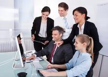 Businesspeople που εξετάζει τον υπολογιστή Στοκ φωτογραφία με δικαίωμα ελεύθερης χρήσης