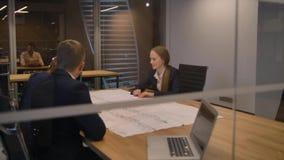 Businesspeople που εξετάζει το σχέδιο φιλμ μικρού μήκους