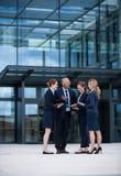 Businesspeople που διοργανώνει μια συζήτηση στις εγκαταστάσεις γραφείων Στοκ φωτογραφίες με δικαίωμα ελεύθερης χρήσης