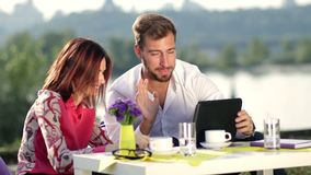 Businesspeople που διοργανώνει τη σε απευθείας σύνδεση συνεδρίαση που χρησιμοποιεί την ταμπλέτα απόθεμα βίντεο