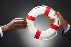 Businesspeople που κρατά ένα Lifebuoy στα χέρια στοκ φωτογραφία με δικαίωμα ελεύθερης χρήσης