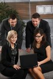 Businesspeople που λειτουργεί με το lap-top Στοκ εικόνες με δικαίωμα ελεύθερης χρήσης