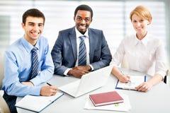 Businesspeople που λειτουργεί στη συνεδρίαση Στοκ Εικόνα