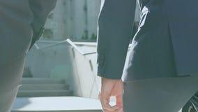 Businesspeople που περπατά επάνω στο γραφείο, που συζητά το ξεκίνημα, συνεργασία απόθεμα βίντεο