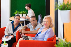 Businesspeople που στέκεται στο μετρητή υποδοχής Στοκ φωτογραφία με δικαίωμα ελεύθερης χρήσης