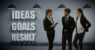 Businesspeople που συζητά πέρα από την ψηφιακή ταμπλέτα απόθεμα βίντεο