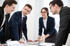 Businesspeople σε μια συνεδρίαση στο γραφείο στοκ φωτογραφίες