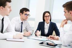 Businesspeople σε μια συνεδρίαση στο γραφείο στοκ εικόνα