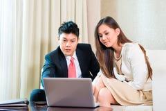 Businesspeople στο ασιατικό δωμάτιο ξενοδοχείου Στοκ Εικόνες