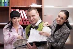 Businesspeople στο διάστημα γραφείων με το χαμόγελο σημειώσεων Στοκ Εικόνα