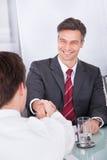 businesspeople τίναγμα χεριών Στοκ φωτογραφία με δικαίωμα ελεύθερης χρήσης