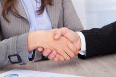 businesspeople τίναγμα χεριών Στοκ εικόνες με δικαίωμα ελεύθερης χρήσης