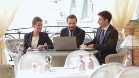 Businesspeople τρία που τρώει τα πρόχειρα φαγητά φιλμ μικρού μήκους