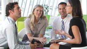 Businesspeople χρησιμοποιώντας την ψηφιακή ταμπλέτα στη συνεδρίαση απόθεμα βίντεο