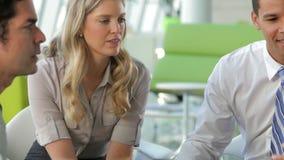 Businesspeople χρησιμοποιώντας την ψηφιακή ταμπλέτα στη συνεδρίαση φιλμ μικρού μήκους