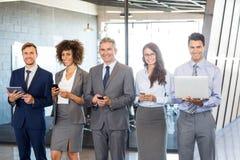 Businesspeople χρησιμοποιώντας το κινητό τηλέφωνο, τη τοπ και ψηφιακή ταμπλέτα περιτυλίξεων Στοκ Εικόνες