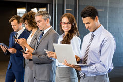 Businesspeople χρησιμοποιώντας το κινητό τηλέφωνο, τη τοπ και ψηφιακή ταμπλέτα περιτυλίξεων Στοκ Φωτογραφία