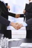 Χέρια τινάγματος Businesspeople Στοκ Εικόνες