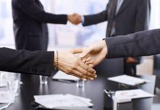 Χέρια τινάγματος Businesspeople Στοκ Φωτογραφία