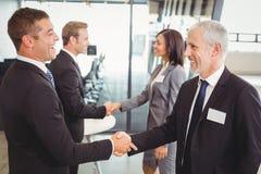 Χέρια τινάγματος Businesspeople το ένα με το άλλο Στοκ φωτογραφία με δικαίωμα ελεύθερης χρήσης