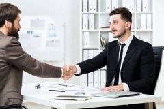 businesspeople τίναγμα χεριών Στοκ εικόνα με δικαίωμα ελεύθερης χρήσης