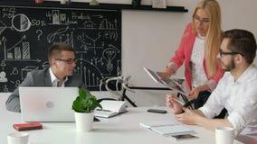 Businesspeople avslutar sig att dricka kaffe och att skynda sig 20-tal 4k stock video