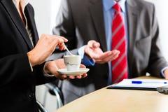 Businesspeople in bedrijfsbureau drinkt koffie Royalty-vrije Stock Foto