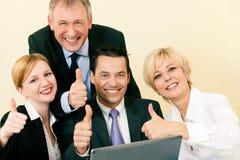 Businesspeople in bureau dat groot succes heeft Royalty-vrije Stock Foto