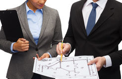 Businesspeople with clipboard and blueprint Royalty Free Stock Images