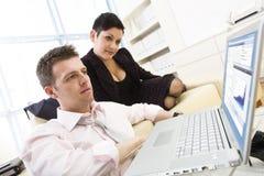 Businesspeople die aan computer werkt stock afbeeldingen