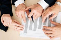 Businesspeople die aan grafieken en grafieken werkt stock afbeeldingen