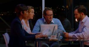 Businesspeople die in bureau werkt stock footage