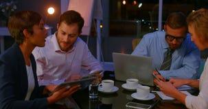 Businesspeople die in bureau werkt stock videobeelden