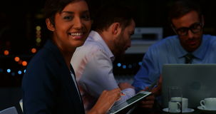 Businesspeople die in bureau werkt stock video