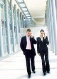Businesspeople die cellphone uitnodigt Stock Foto's