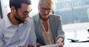 Businesspeople die document bekijkt stock footage