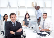 Businesspeople die in een bureau werkt royalty-vrije stock foto