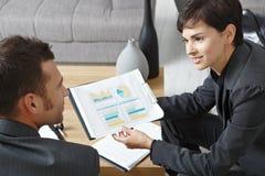 Businesspeople die grafieken bespreekt royalty-vrije stock afbeelding