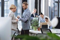 Businesspeople die het werk in bureau bespreekt stock fotografie