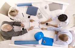 Businesspeople die het werk in bureau bespreekt Royalty-vrije Stock Afbeeldingen