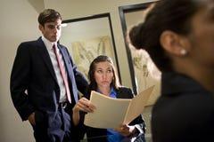 Businesspeople die op een presentatie let royalty-vrije stock foto's