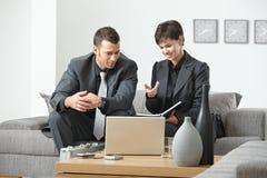 Businesspeople die op kantoor spreekt royalty-vrije stock afbeeldingen