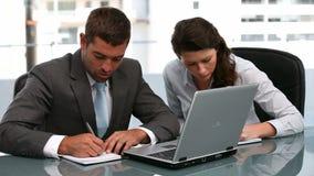 Businesspeople die samenwerkt stock footage