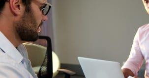 Businesspeople die samenwerkt stock videobeelden