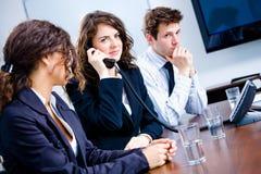 Businesspeople die telefoon uitnodigt royalty-vrije stock foto's