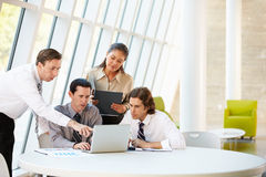Businesspeople die Vergadering hebben rond Lijst in Modern Bureau Stock Afbeeldingen