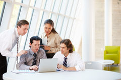 Businesspeople die Vergadering hebben rond Lijst in Modern Bureau Royalty-vrije Stock Foto