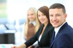 Businesspeople die Vergadering hebben rond Lijst in Modern Bureau Royalty-vrije Stock Afbeelding